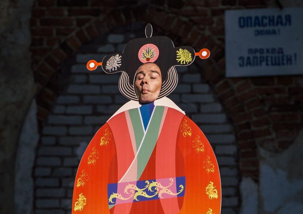 Prezentacja kolekcji Chiński Bałwan kreatorki Eleny Badmajewej w ramach pokazu teatralizowanego Chiński kaprys na terenie kompleksu pałacowo-parkowego Carskie Sioło