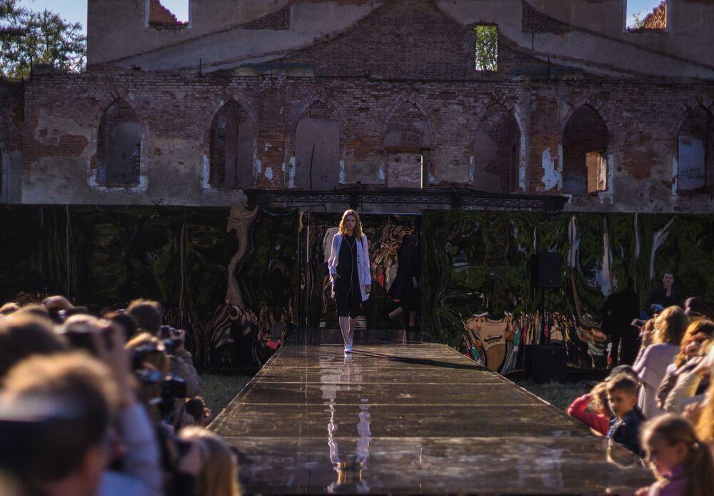 Prezentacja kolekcji Narzeczona Jan Gujfej kreatora Janisa Czamalidi w ramach pokazu teatralizowanego Chiński kaprys na terenie kompleksu pałacowo-parkowego Carskie Sioło