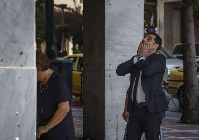Mieszkańcy Aten przy bankomacie
