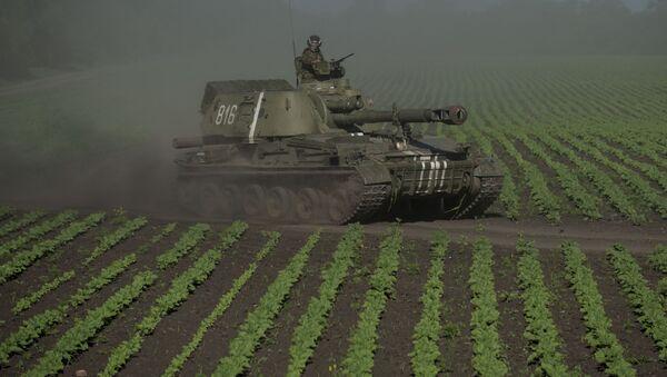 Ukraiński wojskowy na czołgu w obwodzie donieckim - Sputnik Polska