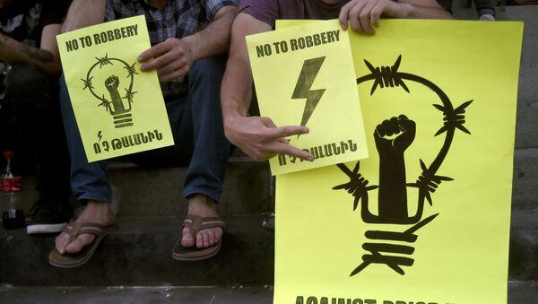 Akcja protestacyjna przeciwko podniesieniu taryf na sprzedaż energii elektrycznej w Erywaniu - Sputnik Polska