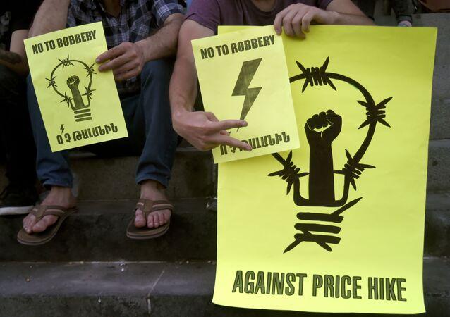 Akcja protestacyjna przeciwko podniesieniu taryf na sprzedaż energii elektrycznej w Erywaniu