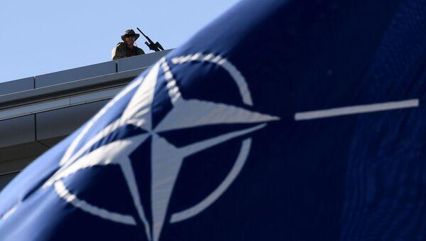 Ochroniarze na dachu podczas szczytu NATO w Brukseli  - Sputnik Polska