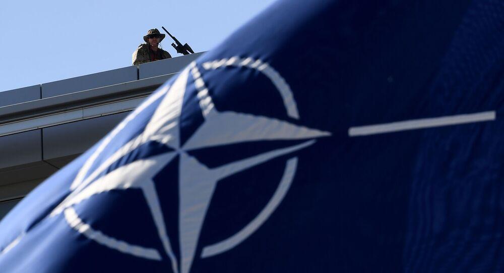 Ochroniarze na dachu podczas szczytu NATO w Brukseli