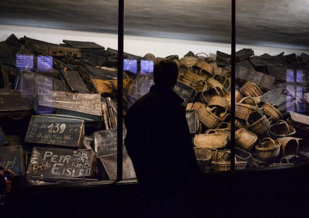 Odwiedzający w muzeum stworzonym na terytorium byłego obozu koncentracyjnego Auschwitz-Birkenau w Oświęcimiu