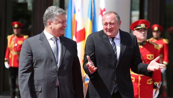 Prezydent Ukrainy Petro Poroszenko i prezydent Gruzji Giorgi Margwelaszwili na uroczystości powitania w Tbilisi - Sputnik Polska