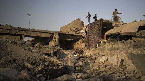 Syryjczycy wśród zrujnowanych budynków na zachodzie Mosulu - Sputnik Polska