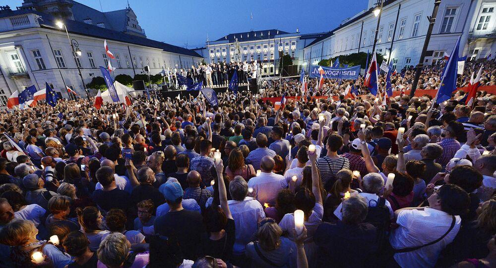 Demonstracja przed Pałacem Prezydenckim w Warszawie w obronie sądów