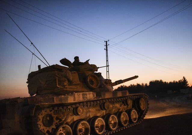 Turecki czołg przy granicy z Syrią