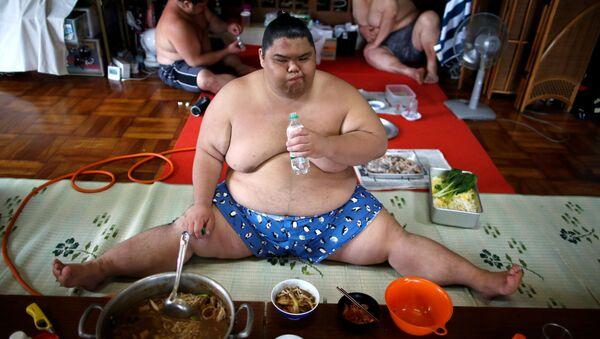 Zawodnik sumo Kaiho je chanko w świątyni Ganjoji Yakushido w Nagoya, Japonia - Sputnik Polska