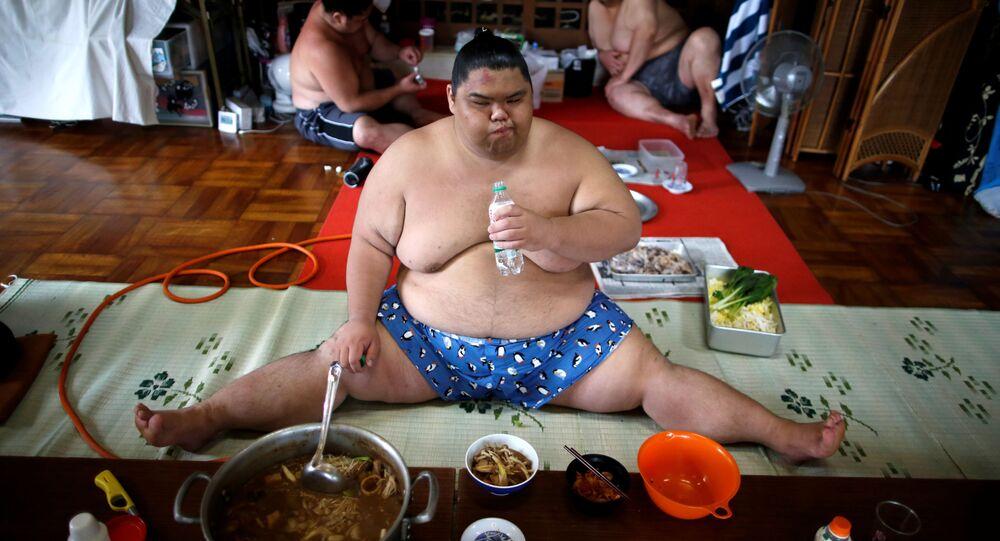Zawodnik sumo Kaiho je chanko w świątyni Ganjoji Yakushido w Nagoya, Japonia
