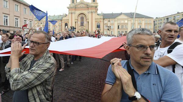 Opozycja i uczestnicy protestów przeciwko realizowanym zmianom w wymiarze sprawiedliwości domagają się, aby Duda zawetował te ustawy - Sputnik Polska