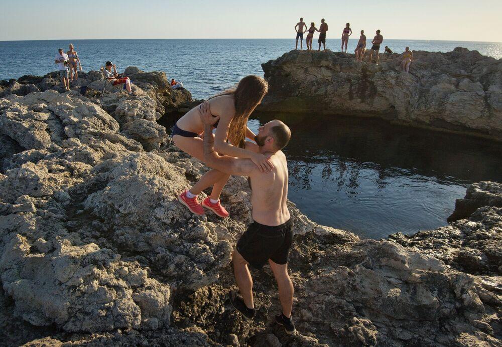 Z powodu dużego wysunięcia Tarchankutskiego Półwyspu w Morze Czarne, klimat jest tu bardziej łagodny, lato na wybrzeżu mniej gorące, a zima cieplejsza niż w innych miejscach równinnego Krymu. Skały i cerkiew św. Mikołaja na Półwyspie Tarchankutskim.