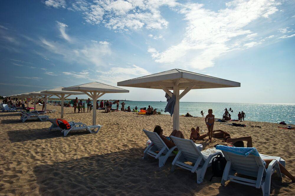 Urlopowicze na plaży na terytorium Tarchankutskiego Parku Przyrodniczego.