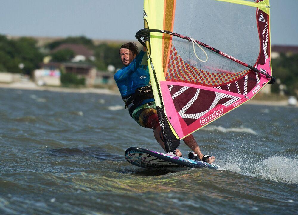 Na Tarchankut przyjeżdża wielu miłośników windsurfingu i kitesurfingu, którym na rękę jest położenie geograficzne parku i tutejsze wiatry zmieniające kierunek dwa razy na dobę.