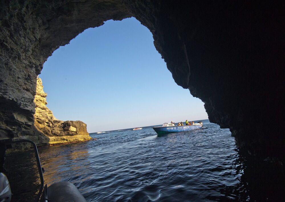 """Tarchankut jest """"mekką"""" dla miłośników divingu. Początkujący nurkowie mogą zapoznać się z podwodnymi mieszkańcami półwyspu i odwiedzić podwodną """"Aleję wodzów"""", a zawodowcy mogą zbadać podwodne groty i jaskinie, w które obfituje tarchankutskie wybrzeże. Miłośnicy ekstremalnych wrażeń mogą obejrzeć pod wodą zatopione statki."""