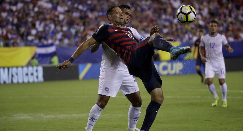 Gracz USA Clint Dempsey i piłkarz Salwadoru Henry Romero
