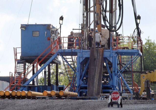 Platforma wiertnicza przy odwiercie, gdzie wydobywa się gaz łupkowy w USA