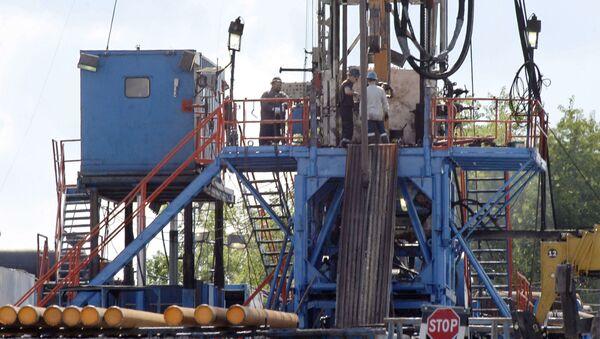 Platforma wiertnicza przy odwiercie, gdzie wydobywa się gaz łupkowy w USA - Sputnik Polska
