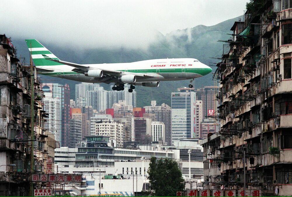 Samolot podczas lądowania na hongkongskim lotnisku Kaj Tak