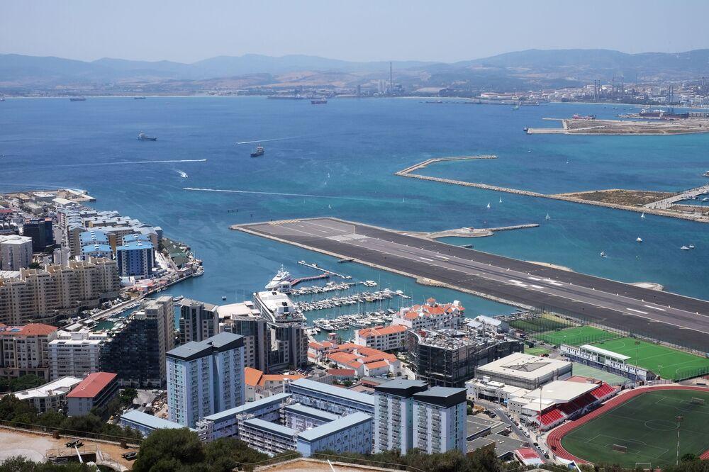 Widok na pas startowy lotniska międzynarodowego w Gibraltarze