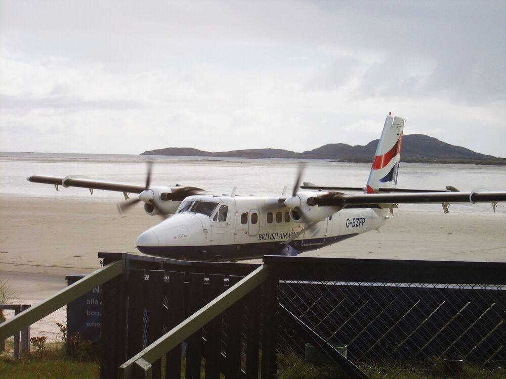 Samolot na pasie startowym na lotnisku szkockiej wyspy Barra