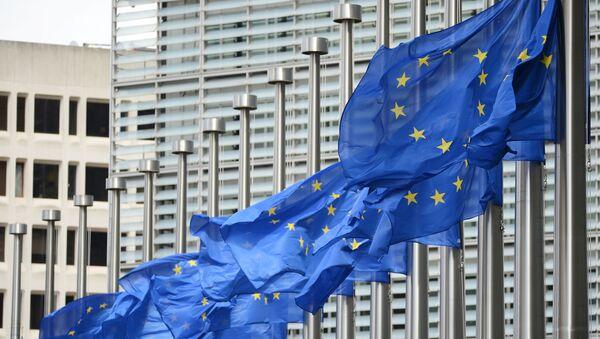 Flagi Unii Europejskiej przy wejściu do gmachu Komisji Europejskiej - Sputnik Polska