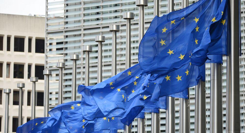 Flagi Unii Europejskiej przy wejściu do gmachu Komisji Europejskiej