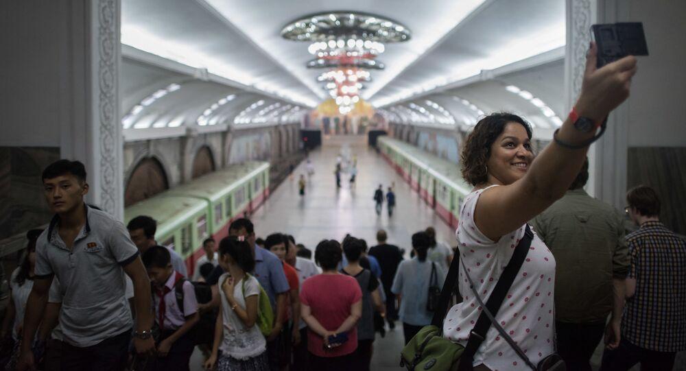 Turyści robią sobie selfie na stacji metro w Pjongjang