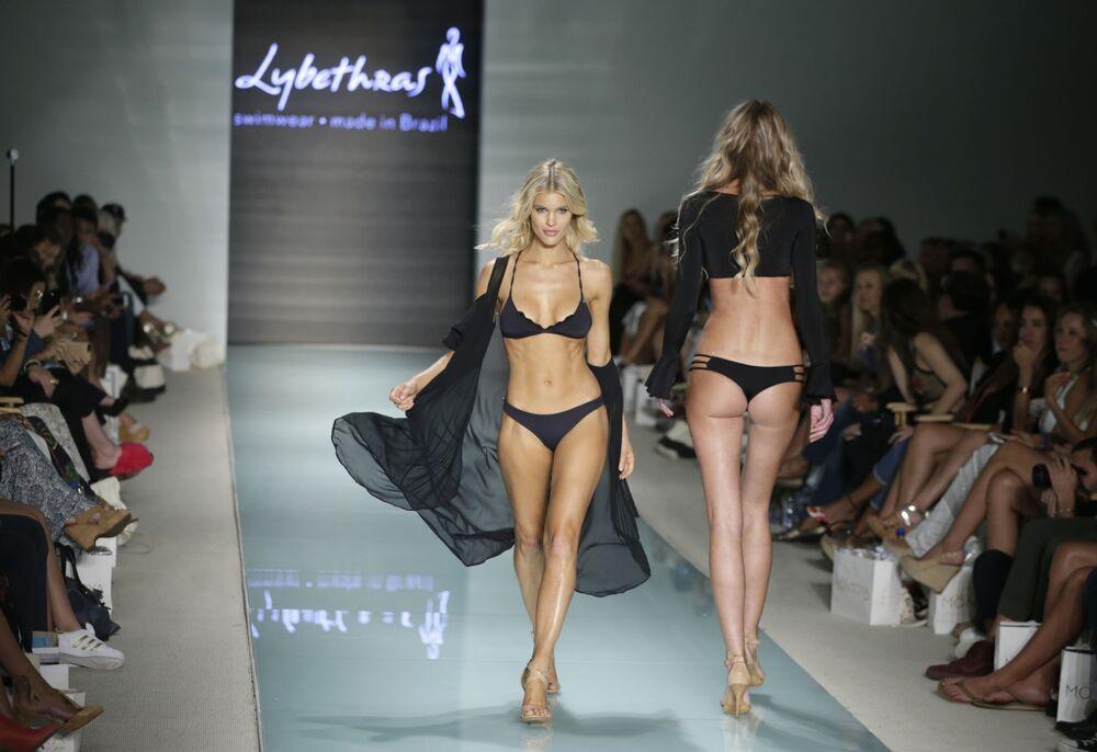 Modelki podczas Tygodnia Mody plażowej Miami Swim Week