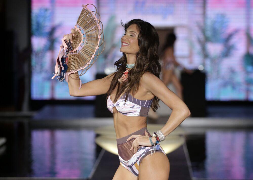 Modelka podczas Tygodnia Mody plażowej Miami Swim Week