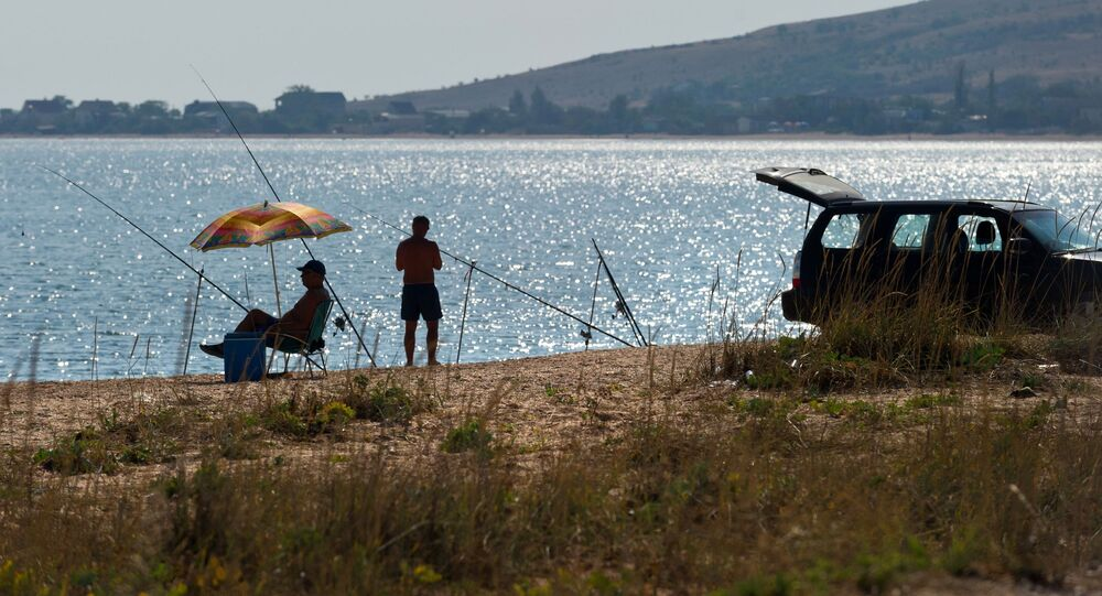 Rybacy na brzegu Morza Azowskiego