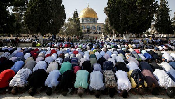 Muzułmanie modlą się na Wzgórzu Świątynnym w Jerozolimie - Sputnik Polska