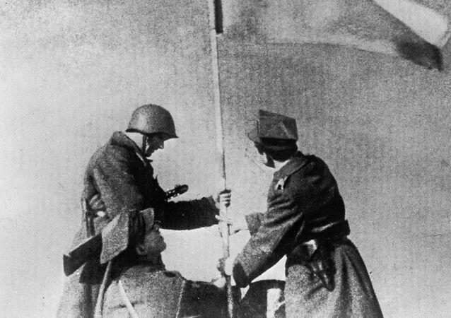 Polski i radziecki żołnierz w wyzwolonej Warszawie, zdjęcie archiwalne