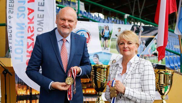 Medale Igrzysk prezentują Michał Zaleski, Prezydent Torunia oraz Mariola Soczyńska,Dyrektor Wydziału Sportu i Turystyki UM Torunia - Sputnik Polska