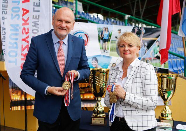 Medale Igrzysk prezentują Michał Zaleski, Prezydent Torunia oraz Mariola Soczyńska,Dyrektor Wydziału Sportu i Turystyki UM Torunia