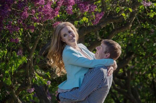 Para w Liliowym ogrodzie w Moskwie. - Sputnik Polska