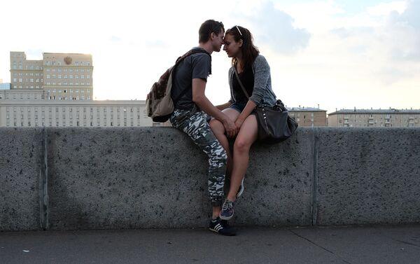 Zakochani na nabrzeżu Puszkinowskim w Parku Gorkiego w Moskwie. - Sputnik Polska