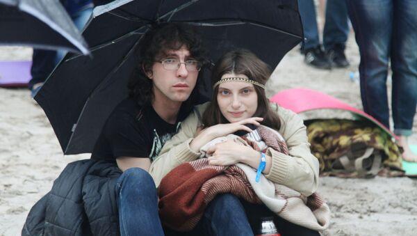 Widzowie chowają się przed deszczem podczas festiwalu Muzyka świata  w Woronieżu. - Sputnik Polska