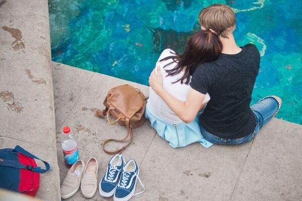 Zakochani przy fontannie Bohaterowie baśni na placu Maneżowym w Moskwie. - Sputnik Polska