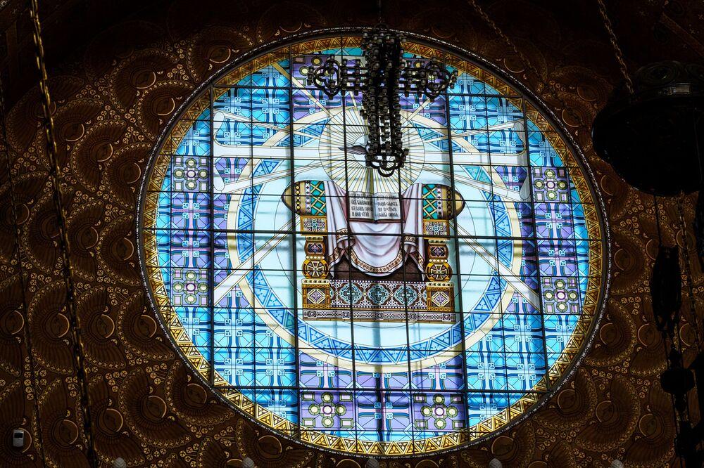 Wszystkie ogromne okna Soboru św. Mikołaja początkowo były ozdobione witrażami, stworzonymi w słynnym warsztacie braci Frank. Witraży było pięć, a dwa z nich miały niesamowite rozmiary: po 52 metry kwadratowe.