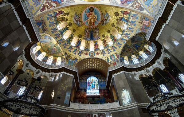 Wokół centralnej kopuły Soboru, której średnica wynosi 27 metrów, świeci 218 żarówek. - Sputnik Polska