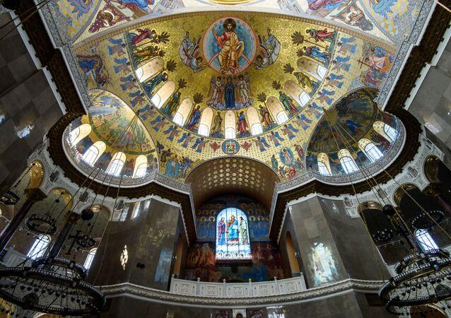 Wokół centralnej kopuły Soboru, której średnica wynosi 27 metrów, świeci 218 żarówek.