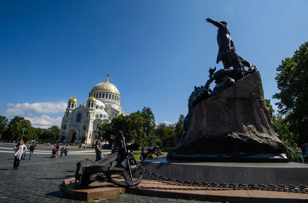 Pomnik admirała Makarowa, dowódcy floty, oceanografa, badacza polarnego i budowniczego statków został wzniesiony na placu Jakornym obok Soboru Morskiego św. Mikołaja w 1913 roku.