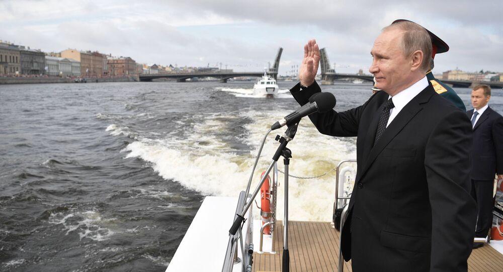 Parada z okazji Dnia Marynarki Wojennej Rosji w Petersburgu
