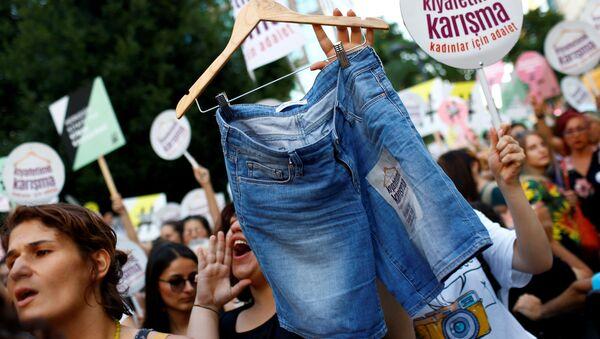 Turczynki demonstrują przeciwko tradycyjnym strojom w Stambule - Sputnik Polska