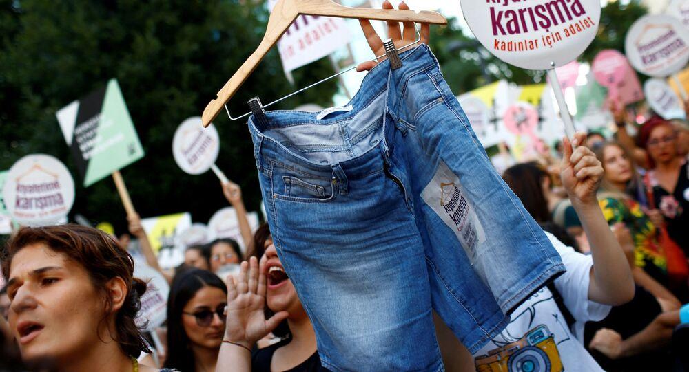 Turczynki demonstrują przeciwko tradycyjnym strojom w Stambule