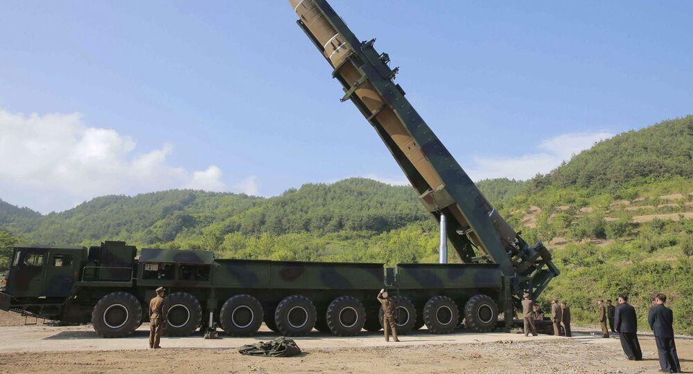 Lider KRLD Kim Dzong Un dokonuje przeglądu rakiety Hwason-14 przed jej przetestowaniem