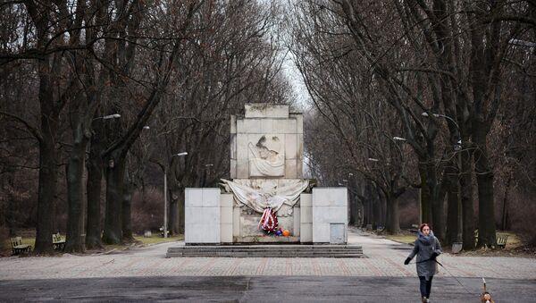Pomnik Wdzięczności Żołnierzom Armii Radzieckiej w parku Skaryszewskiego w Warszawie - Sputnik Polska