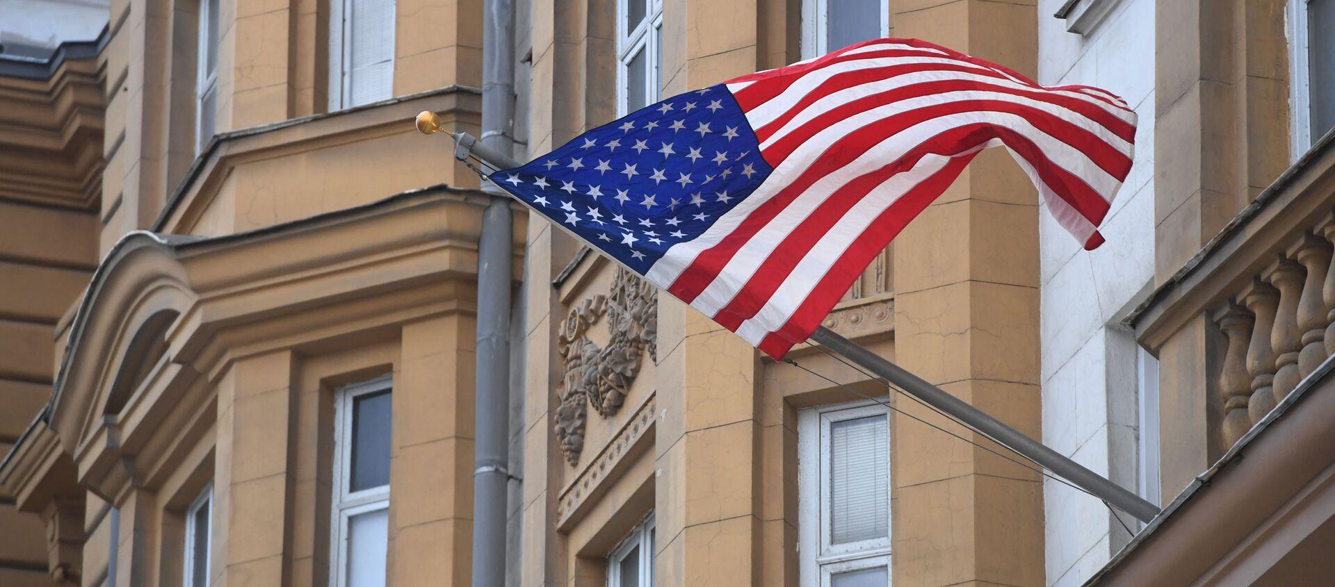 Państwowa flaga Stanów Zjednoczonych na fasadzie ambasady USA w Moskwie - Sputnik Polska, 1920, 26.04.2021